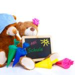 Teddybären mit Schultüten und Kreidetafel