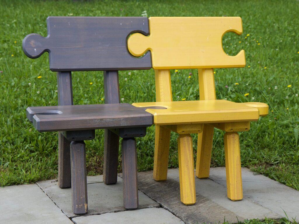 Zwei Stühle verbinden sich wie Puzzleteile zu einer Sitzbank