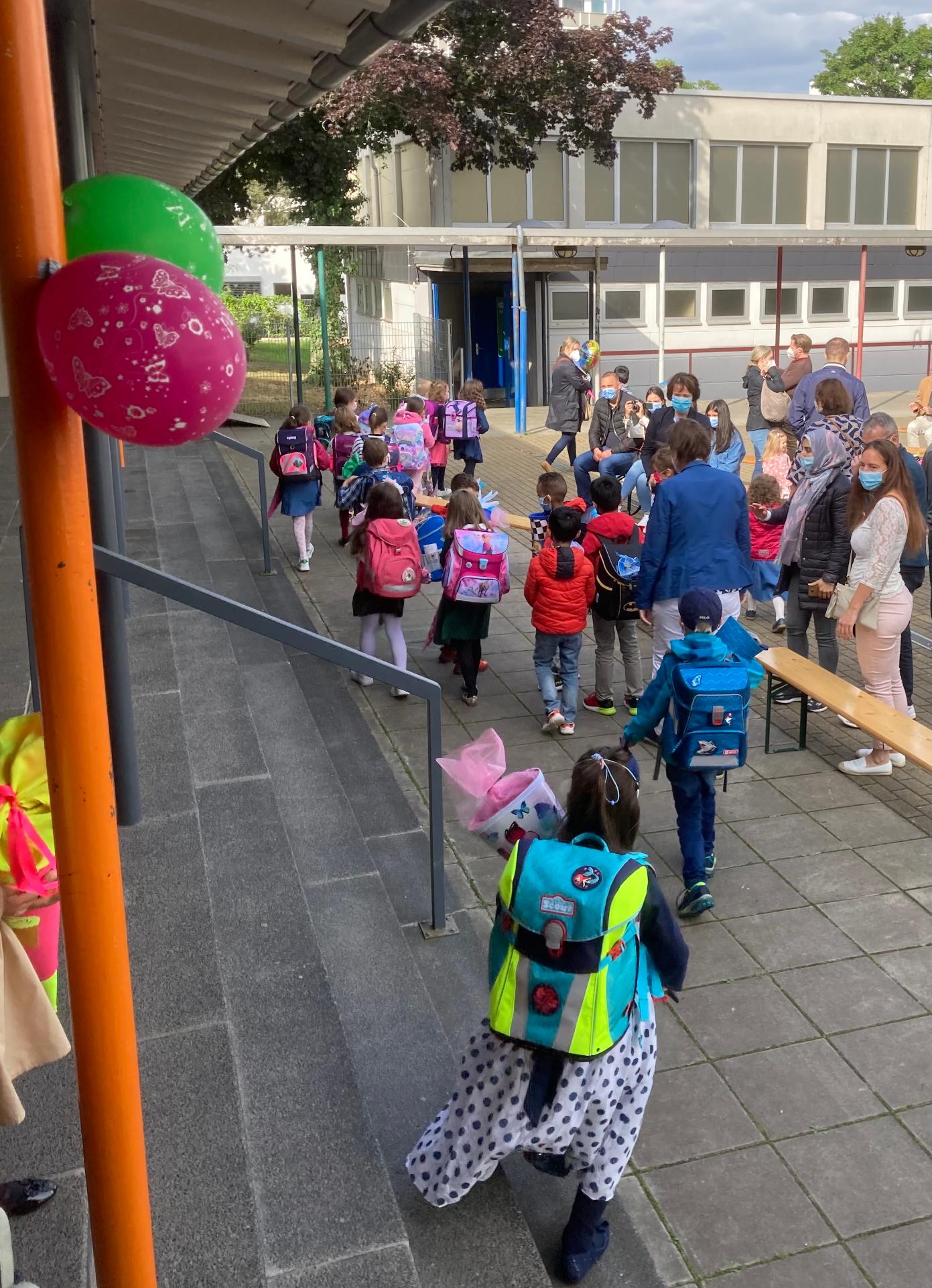 Kinder verlassen nach ihrem ersten Schultag die Adalbert-Stifter-Schule in Wiesbaden