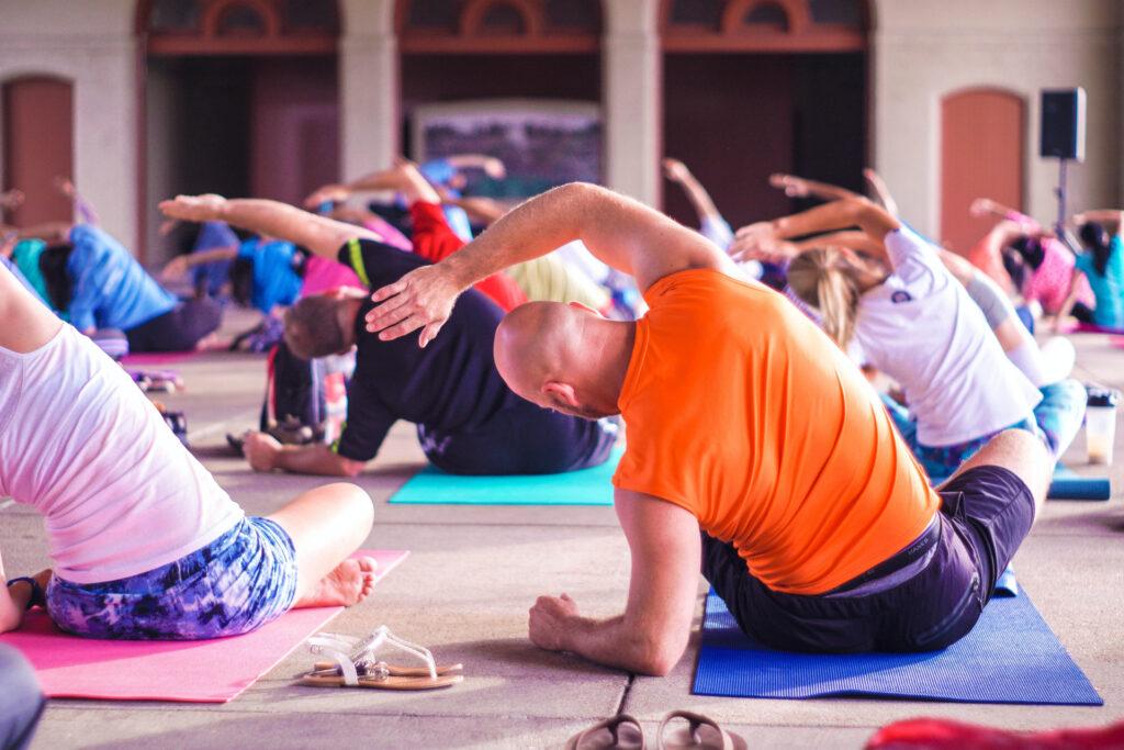 mehrere Menschen halten sich mit Gymnastik fit