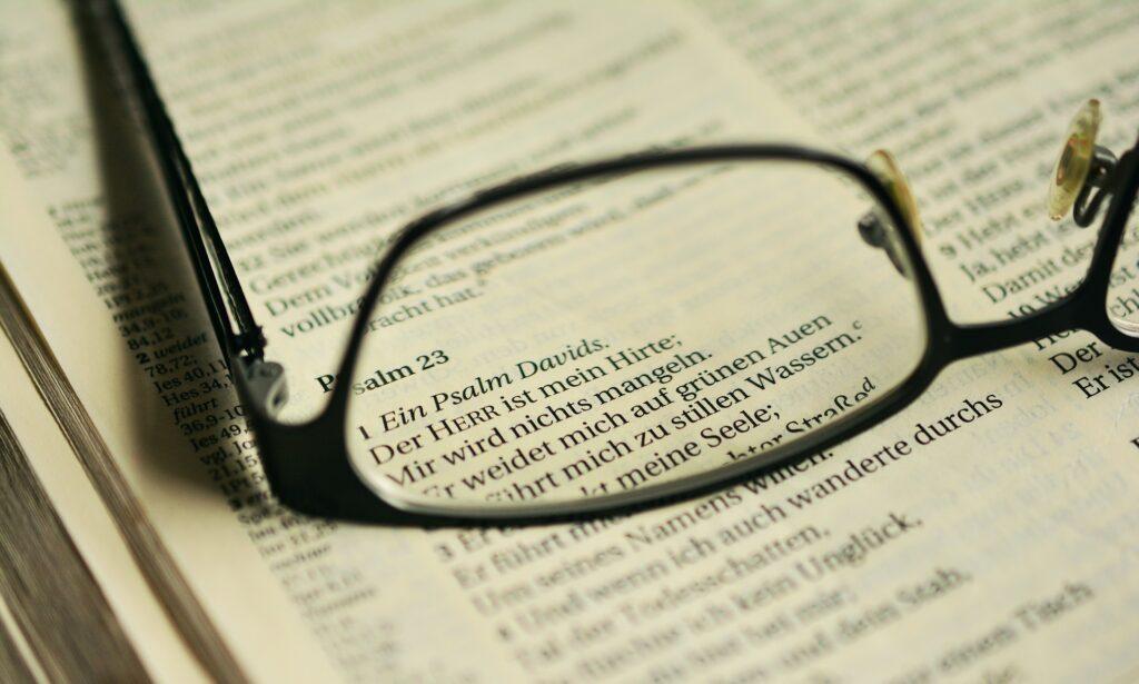 Anfang von Psalm 23 durch ein Brillenglas