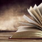Seitenansicht eines aufgeblätterten Buchs mit Goldschnittverzierung