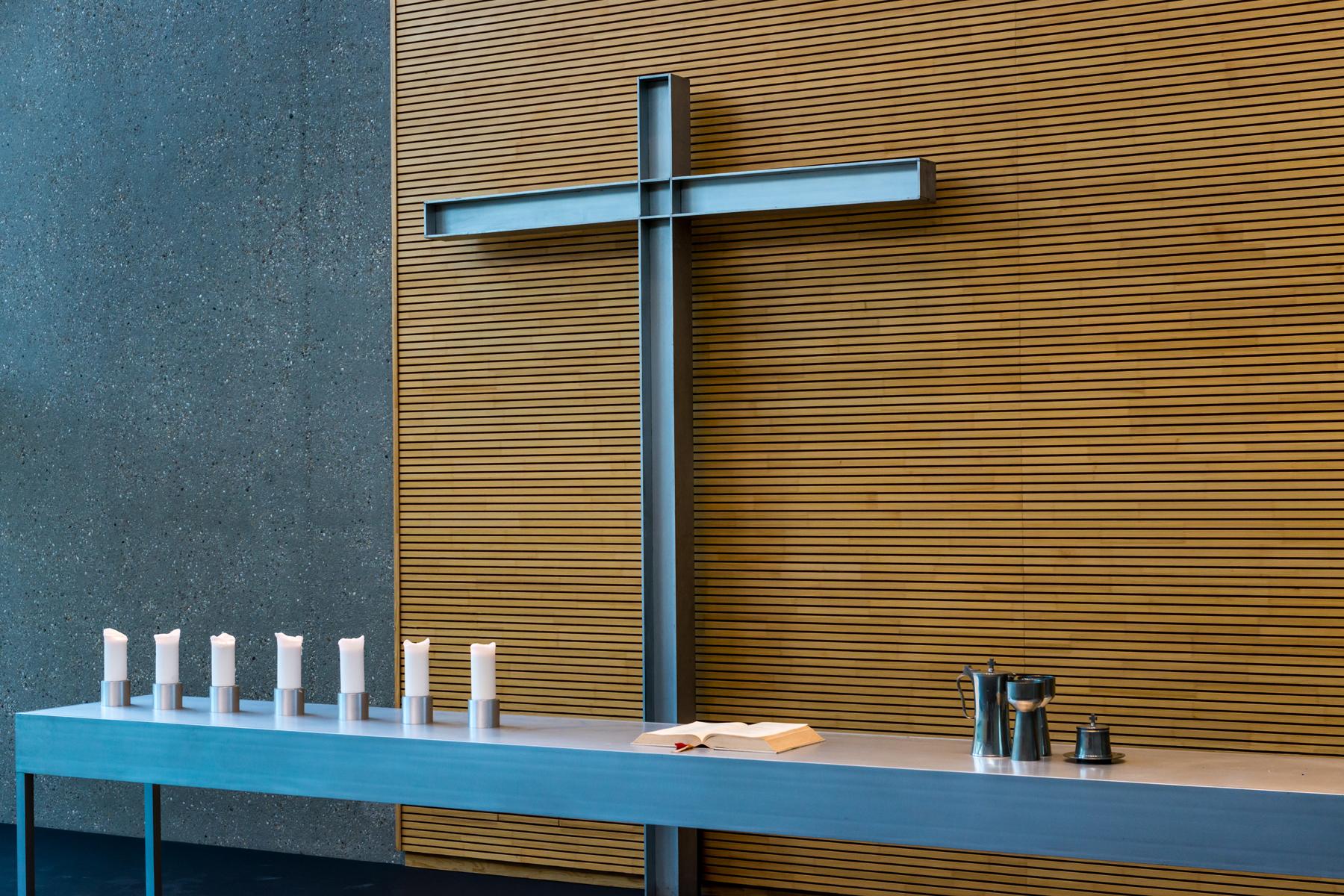 Altar der Evangelischen Johanneskirche mit Kerzen, Bibel sowie Kanne, Kelche und Oblatendose