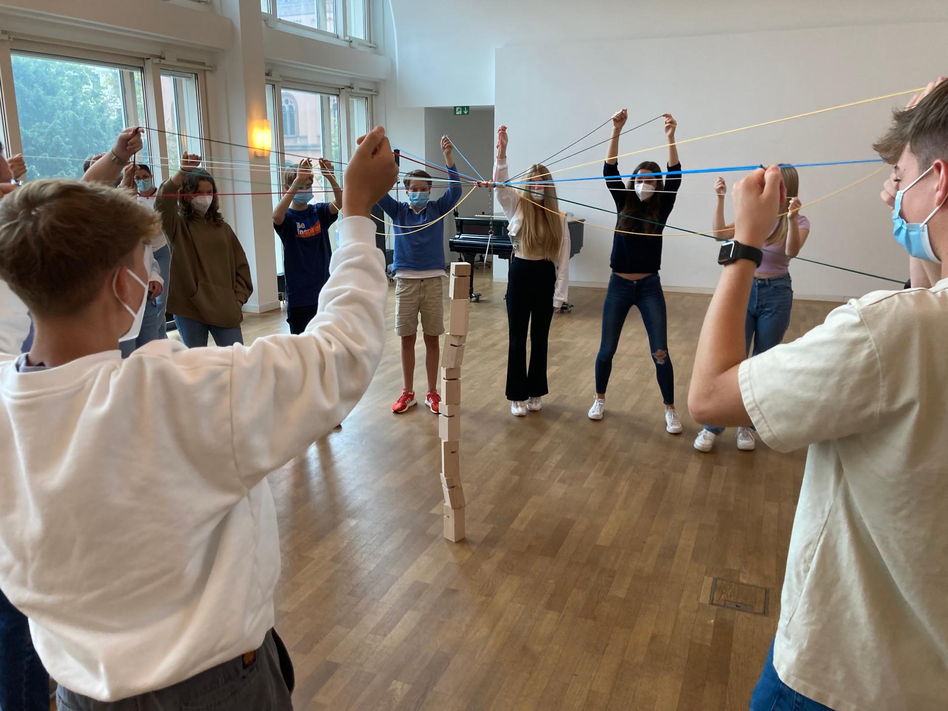 Konfis der Ev. Johanneskirchengemeinde und Ev. Marktkirchengemeinde 2021 spielen das Fröbelturm-Teamspiel