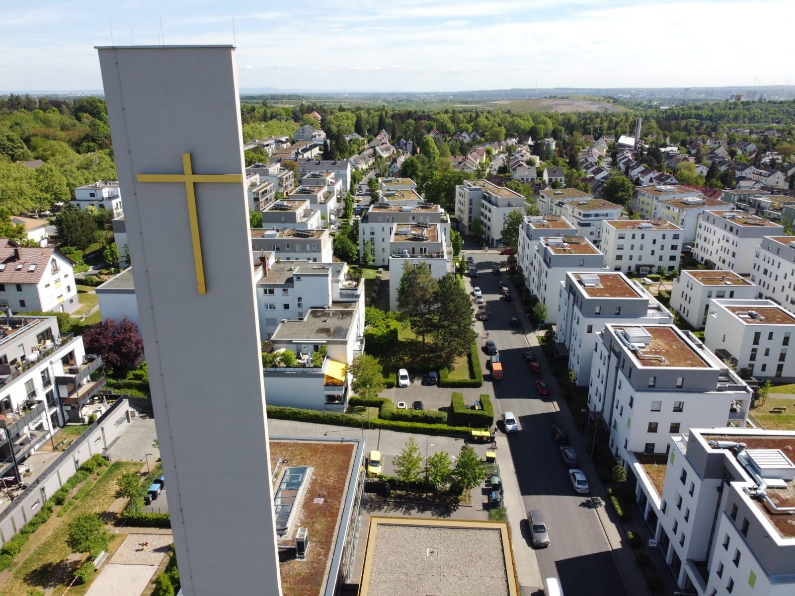 Luftbild des Kirchturms der Evangelischen Johanneskirche mit Bilck auf den Weidenborn