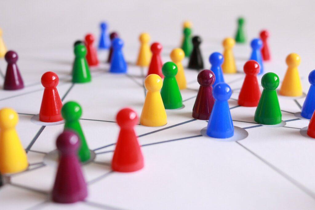 Spielfiguren stehen auf Kreuzungspunkten von Linien
