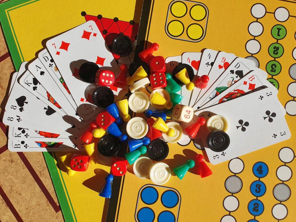 verschiedene Brettspiele, Spielsteine, Würfel und Karten