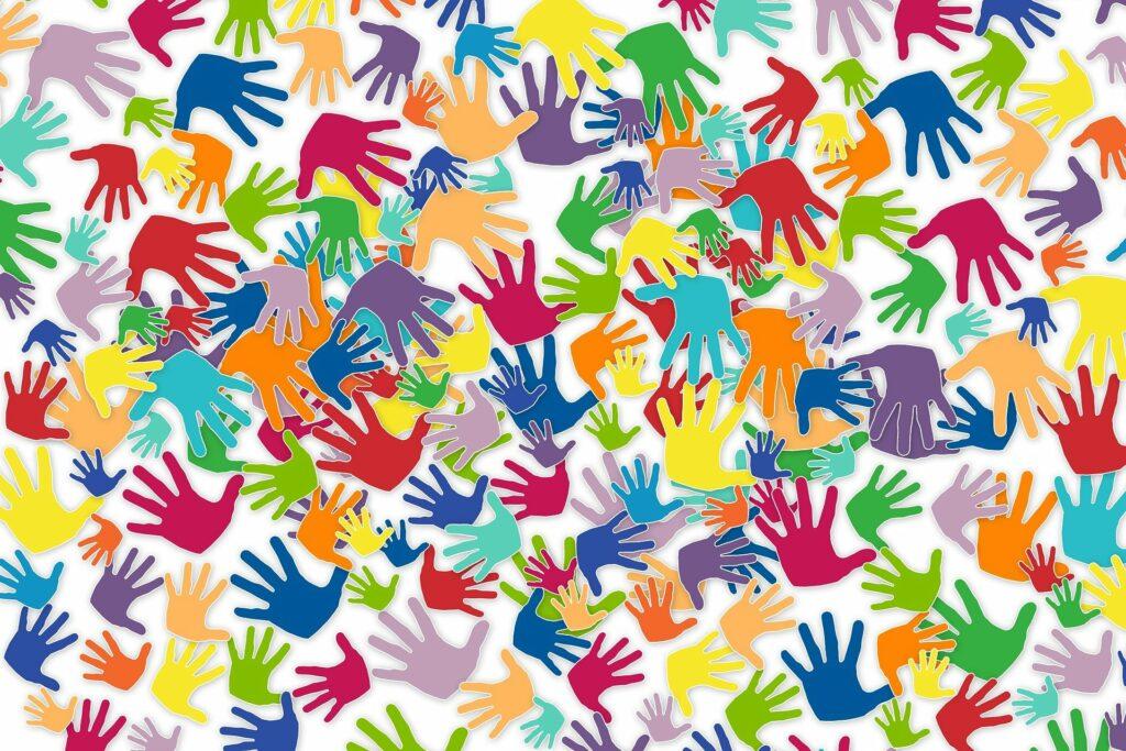 viele helfende Hände in unterschiedlichen Größen und Farben