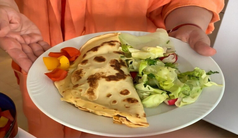 Teller mit Eierkuchen und Salat