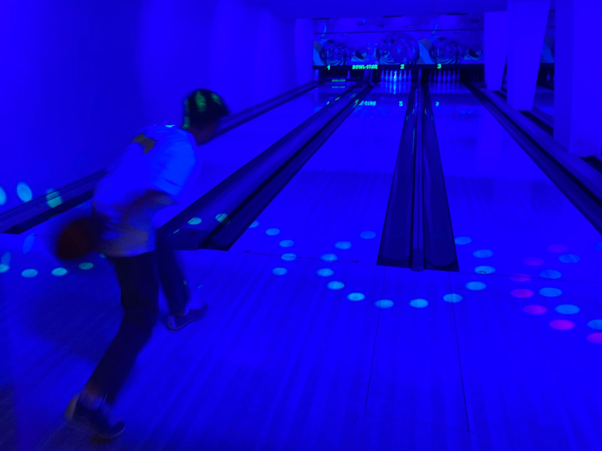 ehemaliger Konfirmand wirft beim Schwarzlicht-Bowling in die Vollen